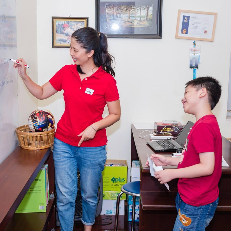 Cô Thuỷ Hạnh đứng lớp một lớp học tiếng Trung cho trẻ em tại Hà Nội